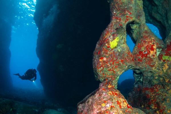 09-foto-taucher-unterwasserfotografie-hawaii-kona-lavagestein-lavaformation-unterwasserlandschaft-taucher3629DC3D-84DD-11F0-8549-2A703C8BFB90.jpg